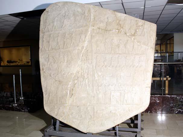 Fidan dikimi sırasında tesadüfen bulunan kabartma 4 bin yıllık çıktı